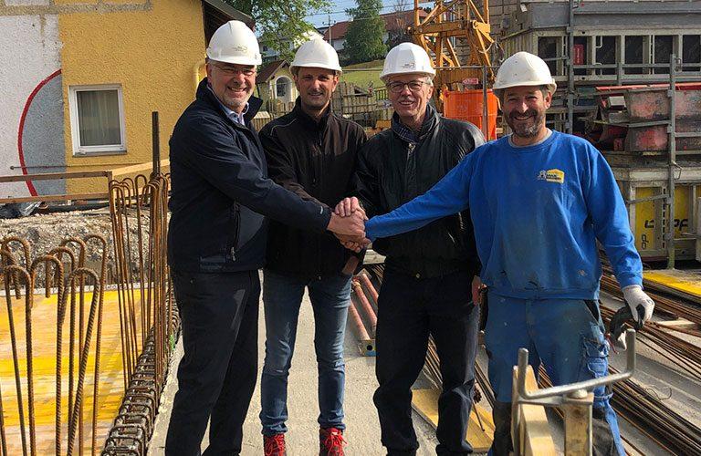 v.l.n.r.: Reinhard Übleis (Geschäftsführer), Hr. Humer (Projektleiter Max Häuserer), Willibald Thanhofer (Planungs- und Baustellenkoordinator), Hr. Wolfsteiner (Polier Max Häuserer)