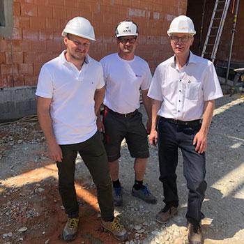 v.l.n.r.: Hr. Huber (Bauleiter Schmid Hochbau GmbH), Hr. Pos (Polier Schmid Hochbau GmbH), Willibald Thanhofer (Planungs- und Baustellenkoordinator)