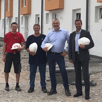 v.l.n.r.: Florian Glatzl (Polier Strabag AG), Gerald Szoldatits (Planungs- und Baustellenkoordinator), Reinhard Übleis (Übleis Sicherheitstechnik), KommR Martin Weber, MSc (SGN Wohnen)