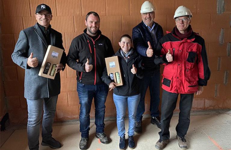 v.l.n.r.: BM Martin Windhager (Windhager Bau), Franz Binder und Nina Asböck (Bauherren), Reinhard Übleis (Übleis Sicherheitstechnik), Willibald Thanhofer (Planungs- und Baustellenkoordinator)