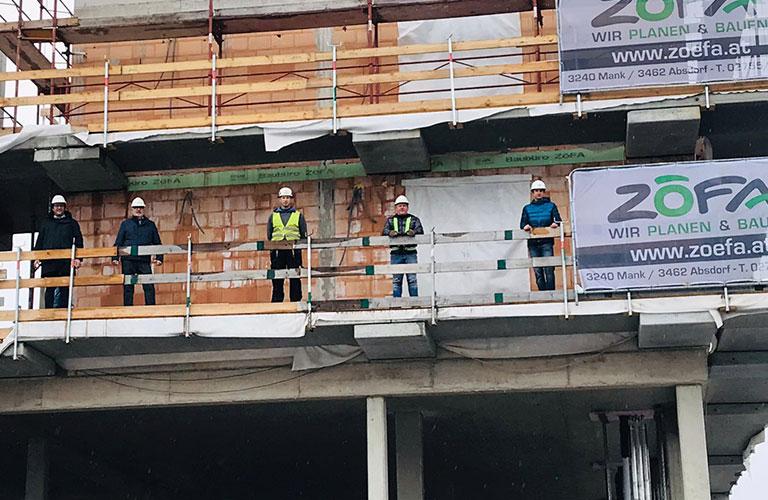 v.l.n.r.: Ing. Klaus Zehetner (Bauherrenvertreter), Reinhard Übleis (Übleis Sicherheitstechnik), Manuel Ries (Polier Zöfa Baubüro), Alexander Moser (Planungs- und Baustellenkoordinator), Ing. Bernd Fohrafellner (Bauleiter Zöfa Baubüro)