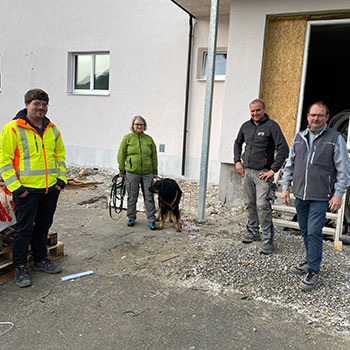 v.l.n.r.: Manuel Mittermayr (Planungs- und Baustellenkoordinator), Andrea Auinger (Bauherrin) mit Hündin Elmira (Bauaufsicht), Markus Nagler (Polier), Maximilian Nagler (Geschäftsführung Nagler Bau)