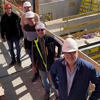 v.h.n.v.: Hr. Matejov (Bauleiter, Schüller Bau), Hr. DI Ackerl (Architekt, Gerner & Partner ZT GmbH), Hr. Bmstr. Muhr (ÖBA, ImmoPuls), Hr. Kraft (Polier, Schüller Bau), Hr. Übleis (Übleis Sicherheitstechnik)