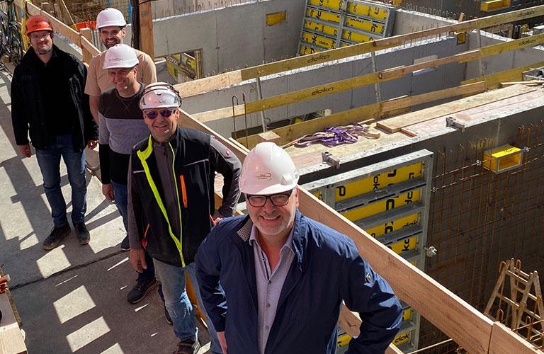 v.h.n.v.: Hr. Ing. Matejov (Bauleiter, Schüller Bau), Hr. DI Ackerl (Architekt, Gerner & Partner ZT), Hr. Bmstr. Muhm (ÖBA, ImmoPuls), Hr. Kraft (Polier, Schüller Bau), Hr. Übleis (Übleis Sicherheitstechnik)